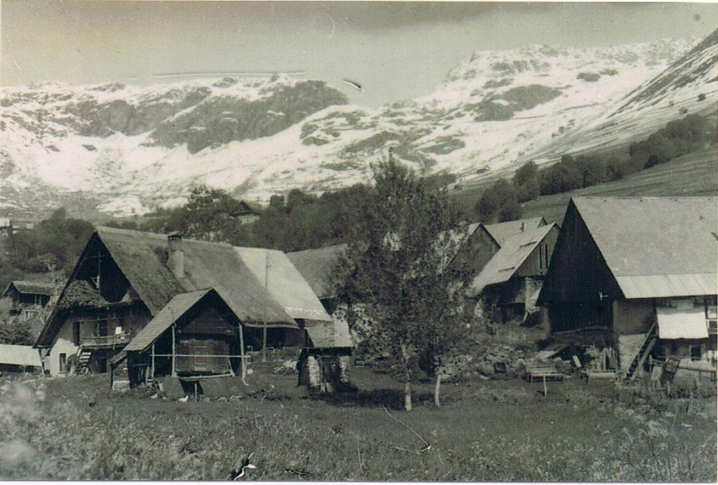 Hameau du Pré, années 1920, collection privée, tous droits réservés. De droite à gauche : la maison familiale Brunet-Chaix, le tzetza - qui signifie en patois une ruine - qui désigne l'emplacement d'un corps de bâtiment ravagé par les flammes et qui n'a jamais été reconstruit. Le grenier familial est à gauche sur la photo, avec la présence d'un puits juste à côté, attesté à partir de 1899 : sa construction est sans doute liée aux multiples incendies qu'a connu le hameau du Pré.