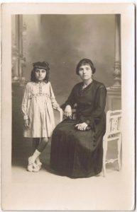 Sûrement une mère et sa fille, branche cousine de ma famille maternelle en Algérie.