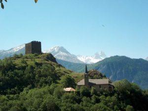 Tour dite de Bérold à Le Châtel près de Saint-Jean-de-Maurienne. En arrière-plan, les aiguilles d'Arves. Crédits : Syndicat du Pays de Maurienne (SPM).