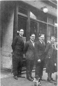 Archives familiales, tous droits réservés. Le 7 rue Choron au milieu des années 1930 avec, de gauche à droite, Maurice, François, Edouazrd et Célestine, frères et soeurs d'Ernest.