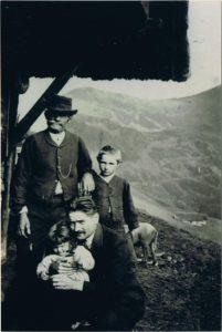 Archives familiales, tous droits réservés. Denise dans les bras d'Ernest à Saint-Sorlin-d'Arves au milieu des années 1920 avec Charles, debout à gauche, mon arrière grand-père, et Maurice, mon grand-père, lui aussi debout à droite.