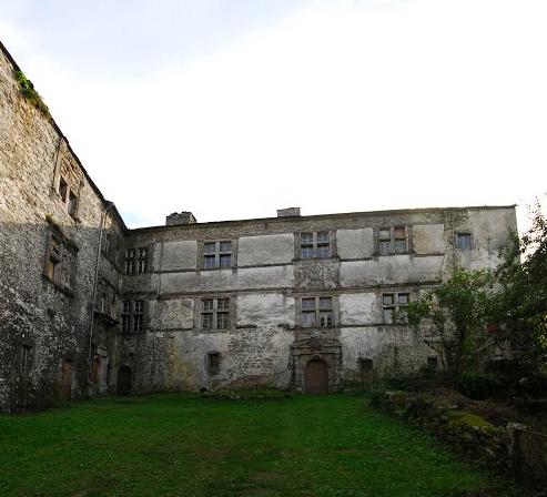 Cour du château. Crédit : F@M. Source : http://www.cartesfrance.fr/