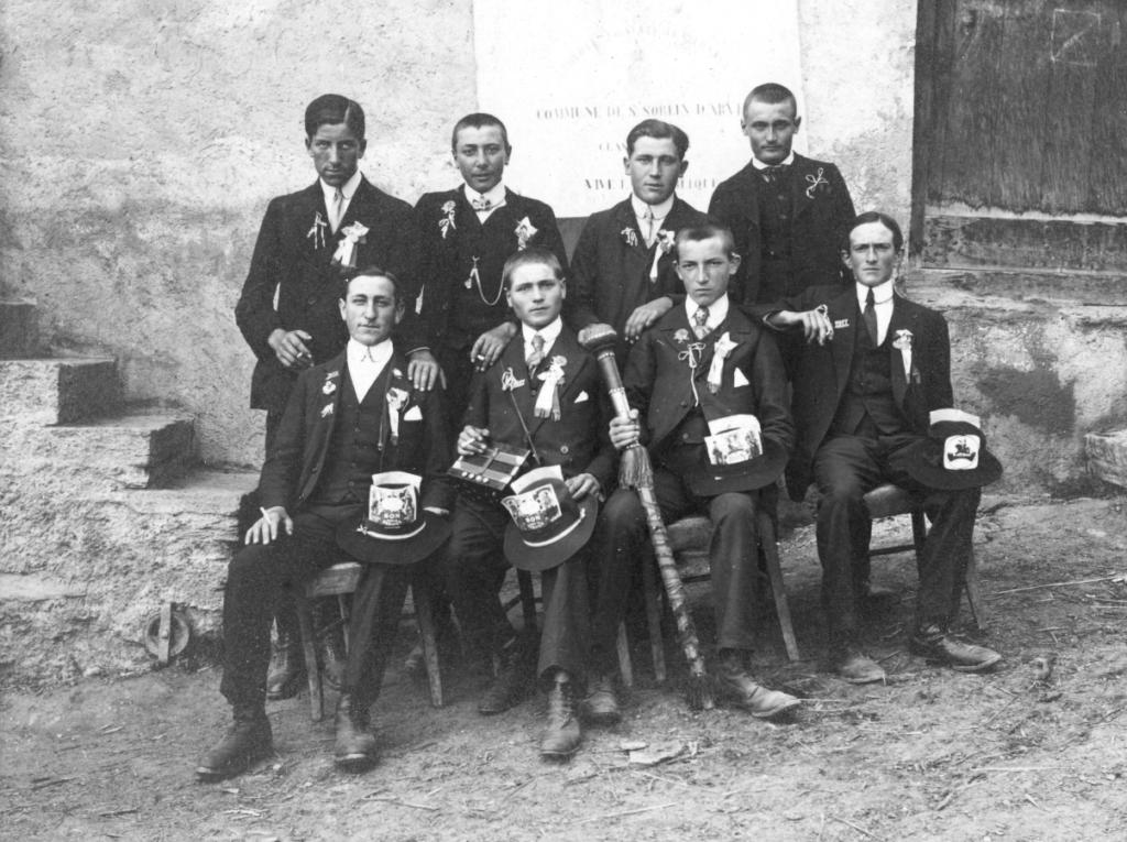 Classe de 1917 à Saint-Sorlin-d'Arves, archives familiales. Debout à droite de la photo, Alphonse affiche un sourire de façade.