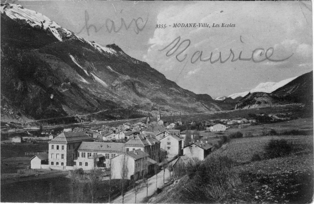 Carte postale envoyée par Charles Arnaud, le 8 août 1916, archives familiales. En pleine guerre, une image des écoles. La rature. Et la rature enfantine de mon grand-père Maurice, sûrement loin de se douter dans quel contexte elle fut écrite.