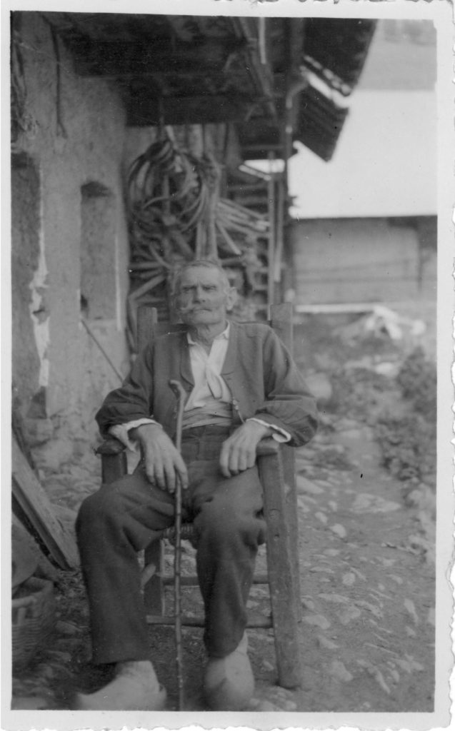 Charles Chaix (1868-1935) assis devant sa maison du Pré, Saint-Sorlin-d'Arves, fin des années 1920, archives familiales.